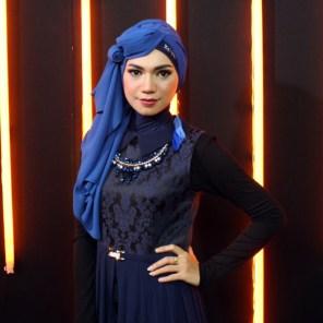 Indah Nevertari Jilbab Biru