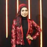 Indah Nevertari baju merah