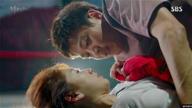 "Salah Satu Adegan Romantis Kim Rae Won dan Park Shin Hye dalam Drama ""Doctors"""