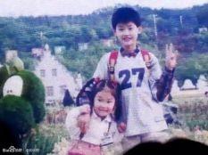 Lee Jong Suk bersama adik perempuannya