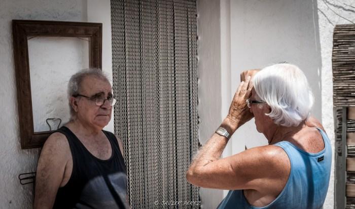 Carlos Pérez Siquier retratando a Alfredo Crespo ©Javier Pérez 2012