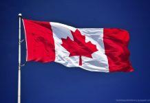 Bandera de Canadá con su famoso escudo de la hoja de arce