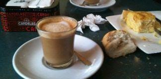 Tomando un café en el descanso del trabajo