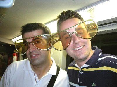 Javi y Juan con unas enormes gafas de Elvis, en el bus de Las Vegas