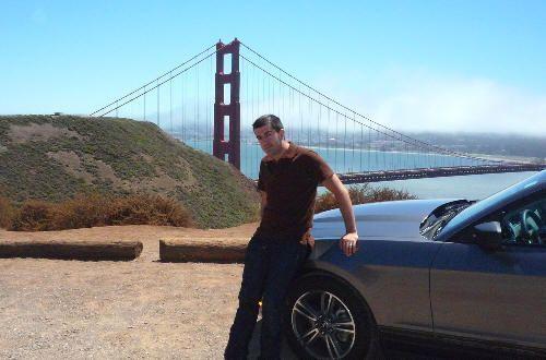 Con el Mustang y el Golden Gate (agosto de 2009)