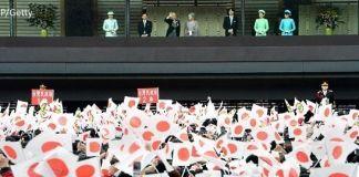 Akihito, emperador de Japón, saludando desde el balcón del Palacio Imperial (Tokio) el día de su 82 cumpleaños, acompañado de la emperatriz Michiko y el resto de la familia imperial del crisantemo