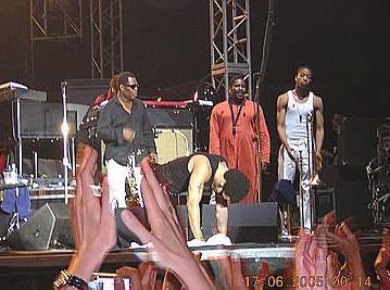 Lenny haciendo una reverencia ante un público e incansable como no habíamos visto antes (Lenny Kravitz en León, 16 de junio de 2005)