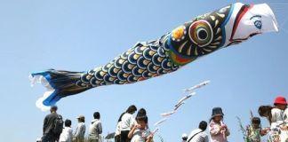 Saitama, Japón. 3 de mayo de 2007: Una cometa con forma de carpa gigante vuela sobre la cabeza de la gente que asiste al festival de la paz
