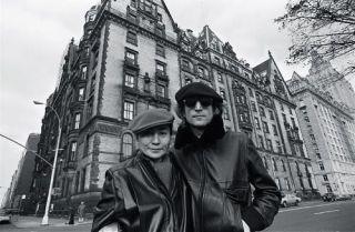 Lennon y Yoko Ono delante del edificio Dakota (Nueva York)
