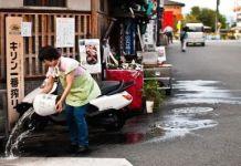 """Tradición japonesa del uchimizu (打ち水) o """"remojar la acera"""". Autor de la foto: Flapy."""