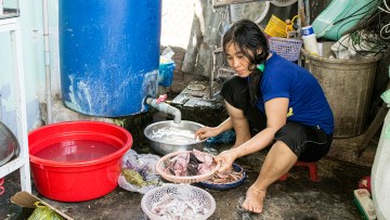 Aunt Hien cleaning the fish for our hot pot soup
