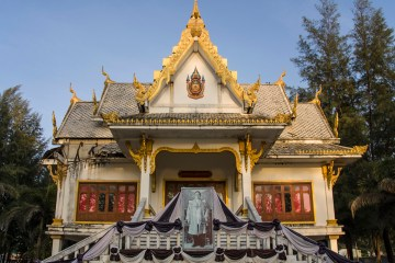 Wat Surin Temple is under construction, but has a memorial to King Bhumibol Adulyadej.