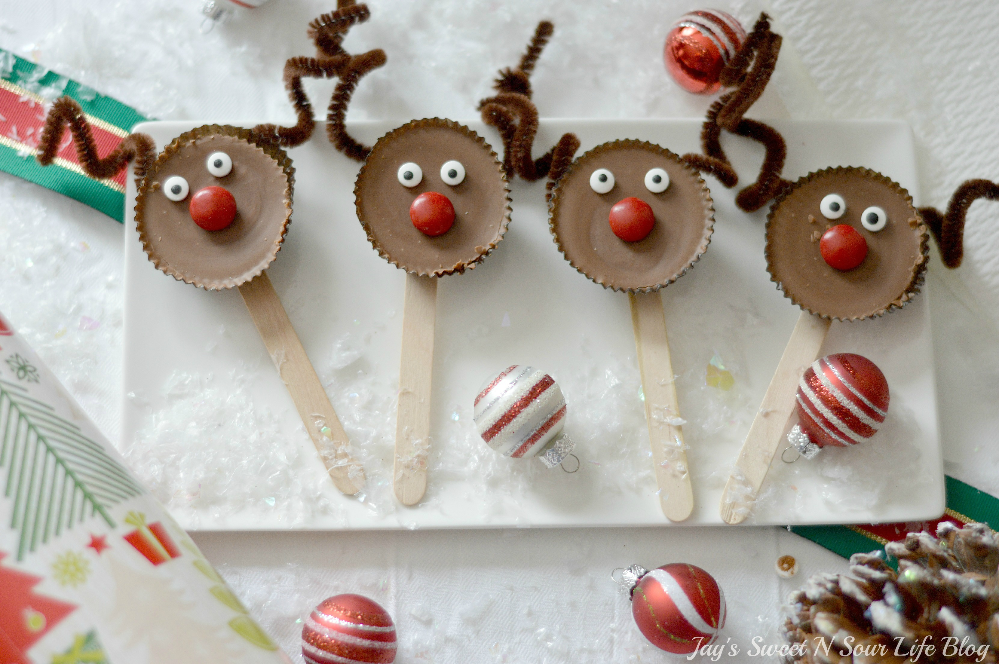 Edible Reindeer Christmas Craft. Edible Reindeer Display. Fun and easy to make, dash into the holiday season with an adorable Edible Rudolf. This Edible Christmas Craft is kid-friendly and perfect for holiday parties and gatherings.