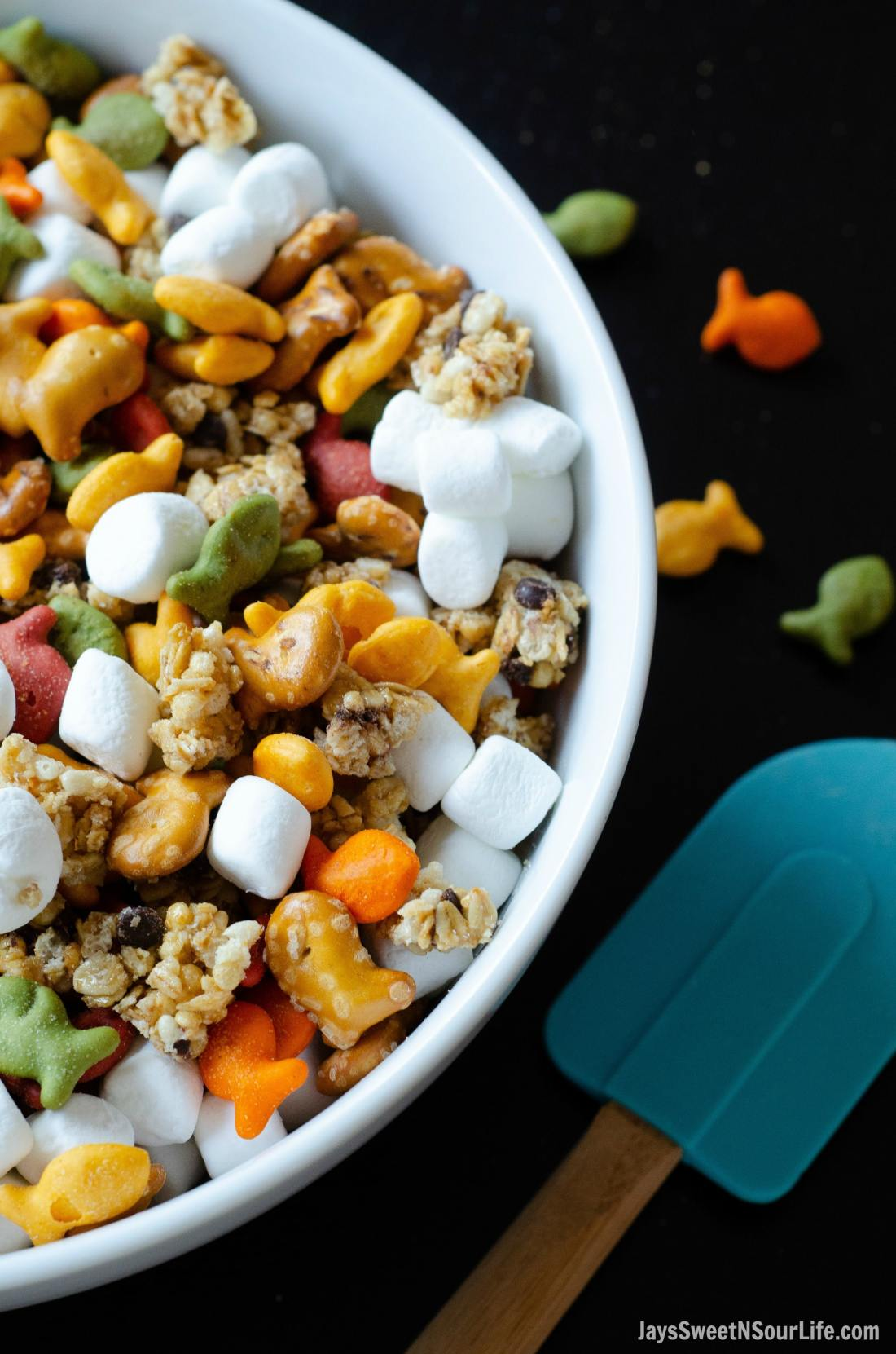 Goldfish crackers are my go-to snack! My families favorite on the go trail mix is sweet and oh so delicious. Try this Goldfish Trail Mix and take it on the go with your family to theme parks, parks, or your back yard.