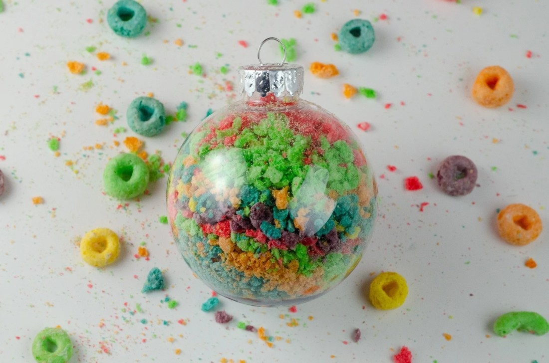 Christmas Ornament Ideas for Kids Using Cereal Abstract Art Ornament closeup. It's time to let the kids be the boss for this new kid-friendly Christmas DIY. Rethink Cereal with somr my Christmas Ornament Ideas for Kids Using Cereal.