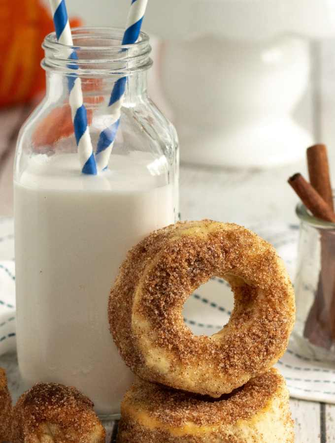 Air Fyrer Pumpkin Spice Donuts. Fill your home with the smell of freshly made Air Fryer Pumpkin Spice Donuts, perfect for this beautiful fall weather we are having. These easy to make Pumpkin Spice Donuts have a crisp outer coating yet they so soft fluffy inside, enjoy them with a healthy coating of cinnamon sugar, or your favorite glaze.