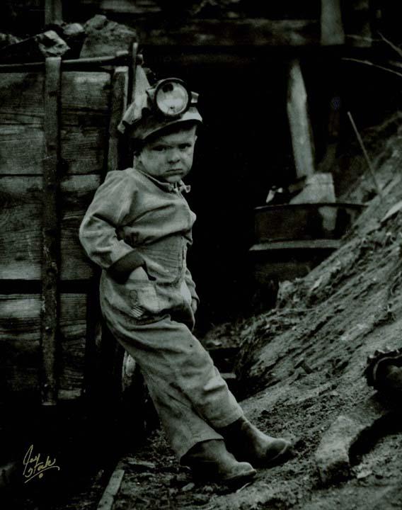 A un petit miner li escau millor, això de menairó. (No és explotació infantil, sembla que el nano només entrava a la mina a guaitar.)