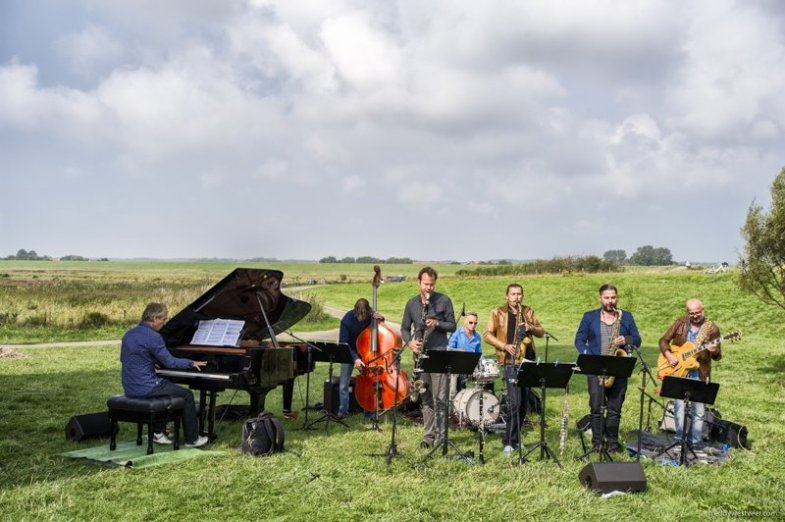 Zeeland Suite @ Plompe Toren Burghsluis (NL) Jeroen van Vliet – compositions, arrangements, piano Anton Goudsmit – guitar Mete Erker – tenor and soprano saxophone Joris Roelofs – clarinet, bassclarinet Joris Posthumus - alto saxophone Frans van der Hoeven – bass Pascal Vermeer – drums Photo © Eddy Westveer www.eddywestveer.com All rights reserved. The use of this photo without written permission is prohibited. This photo and more are available in high resolution. Contact me for license to use. Visit www.jazzisnotdead.com 20140907_EWS6749