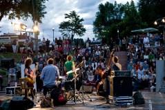 """""""Pipeline"""" im Parco Semirurali: Jazz zwischen Punk und Pop mit Antoine Viard (sax), Fanny Lafargues (e-bass), Yann Joussein (dr) und Ronan Courtry (b). Foto: Susanne van Loon"""