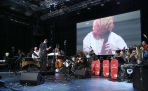 Pat Metheny mit der SWR Big Band, Erhard Weber ist auf der Leinwand zu sehen.