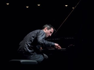 Alexander Hawkins beim Vorspiel zum Jazzfest. Foto: Petra Basche