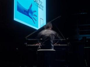 Alexander Hawkins beim Vorspiel zum Jazzfest. Foto: Martin Hufner