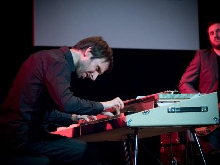 Tony Paeleman (Fender Rhodes) bei der musikalischen Arbeit. Foto: Petra Basche