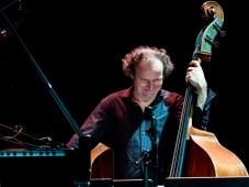 Miguel Zenón Quartet - hier Hans Glawischnig. (Jazzfest Berlin 2015). Foto: Petra Basche