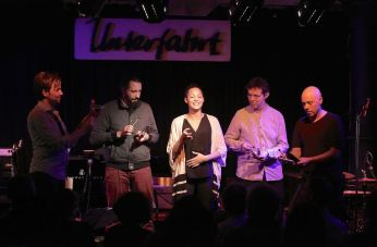 Christoph Pepe Auer (sax, cl), Marie Spaemann (vcl), Hatthias Loibner (hurdy gurdy), Mike Tiefenbacher (p), Gregor Hilbe (dr), Unterfahrt München, Foto Ralf Dombrowski