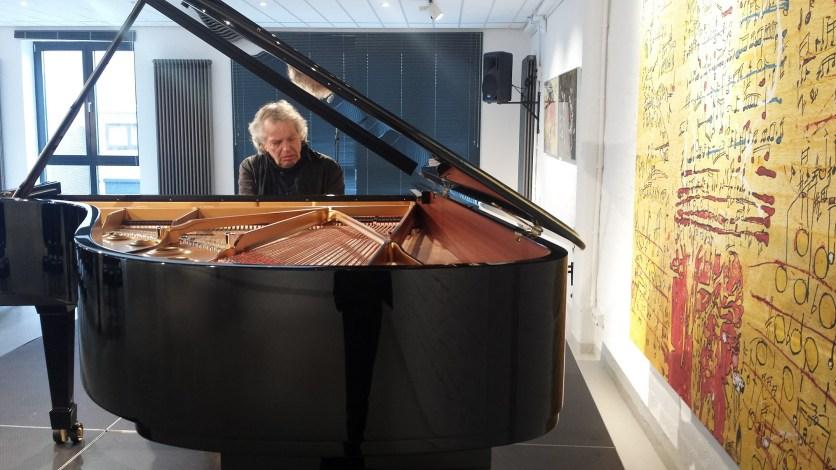 Joachim Kühn in der Galerie, Foto: Roland Spiegel