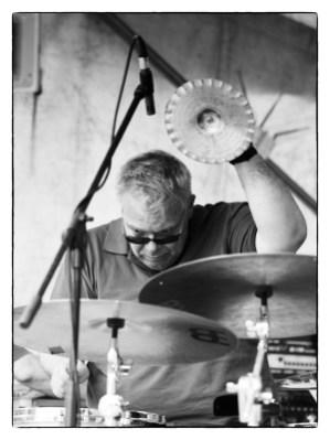 Perkussions-Mensch-Maschine: Gerwin Eisenhauer im Zentrum von Trio ELF. Foto: Petra Basche