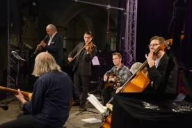 Ensemble mit Helmut Nieberle (von Links), Stephan Holstein, Sandro Roy, Diknu Schneeberger, Ferry Baier (verdeckt) und Wolfgang Kriener. Foto: Michael Scheiner