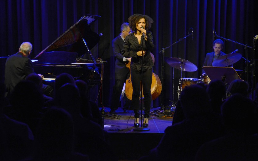 Lyambiko mit Band im Jazzclub Leerer beutel. Foto: Michael Scheiner