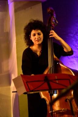 "Athina Kontou ist die Bassistin bei ""Été Large"". Foto: Jürgen Volkmann"