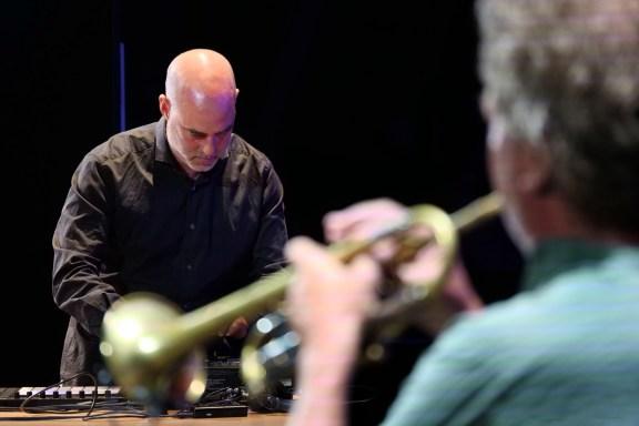 Jan Bang - im Vordergrund N.P. Molvaer - Foto TJ Krebs jazzphotoagency@web.de