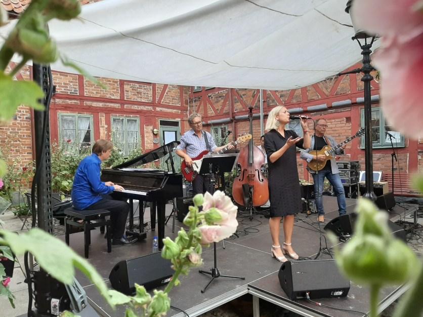 Open Air: Sängerin Hannah Svensson mit dem künstlerischer Leiter Jan Lundgren am Klavier