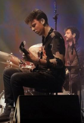 Der holländische Gitarrist Reinier Baas mit dem Bandleader Peter Gall im Hintergrund. Foto: TJ Krebs