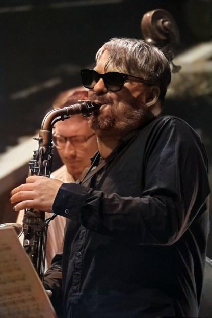 """Saxophonist Wanja Slavin spielt nach 2011 bereits seinen zweiten BMW Welt-Wettbewerb: Damals mit seiner Band """"Lotus Eaters"""". Im Hintergrund: Bassist Felix Henkelhausen. Foto: TJ Krebs"""