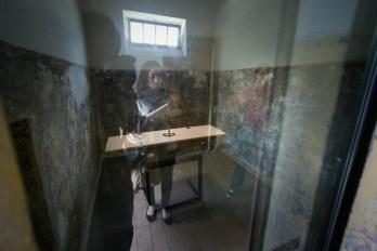 Nachdenklich vor einer Zelle im KZ Dachau - Hier betete ein inhaftierter Pfarrer mit einzelnen Mithäftlingen - NIE WIEDER !!!