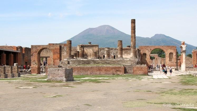 Italia - Pompeia - Templo de Jupiter e Vesuvio