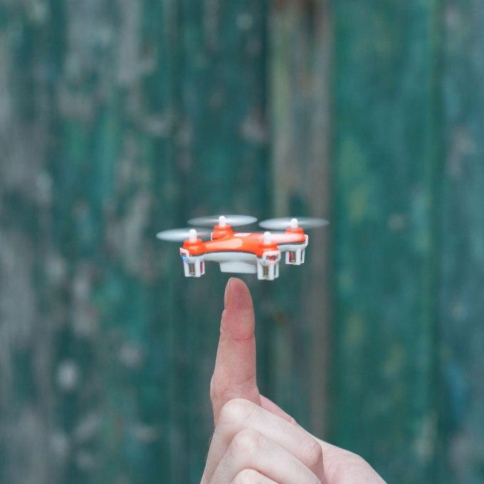 skeye nano-drone sur le doigt