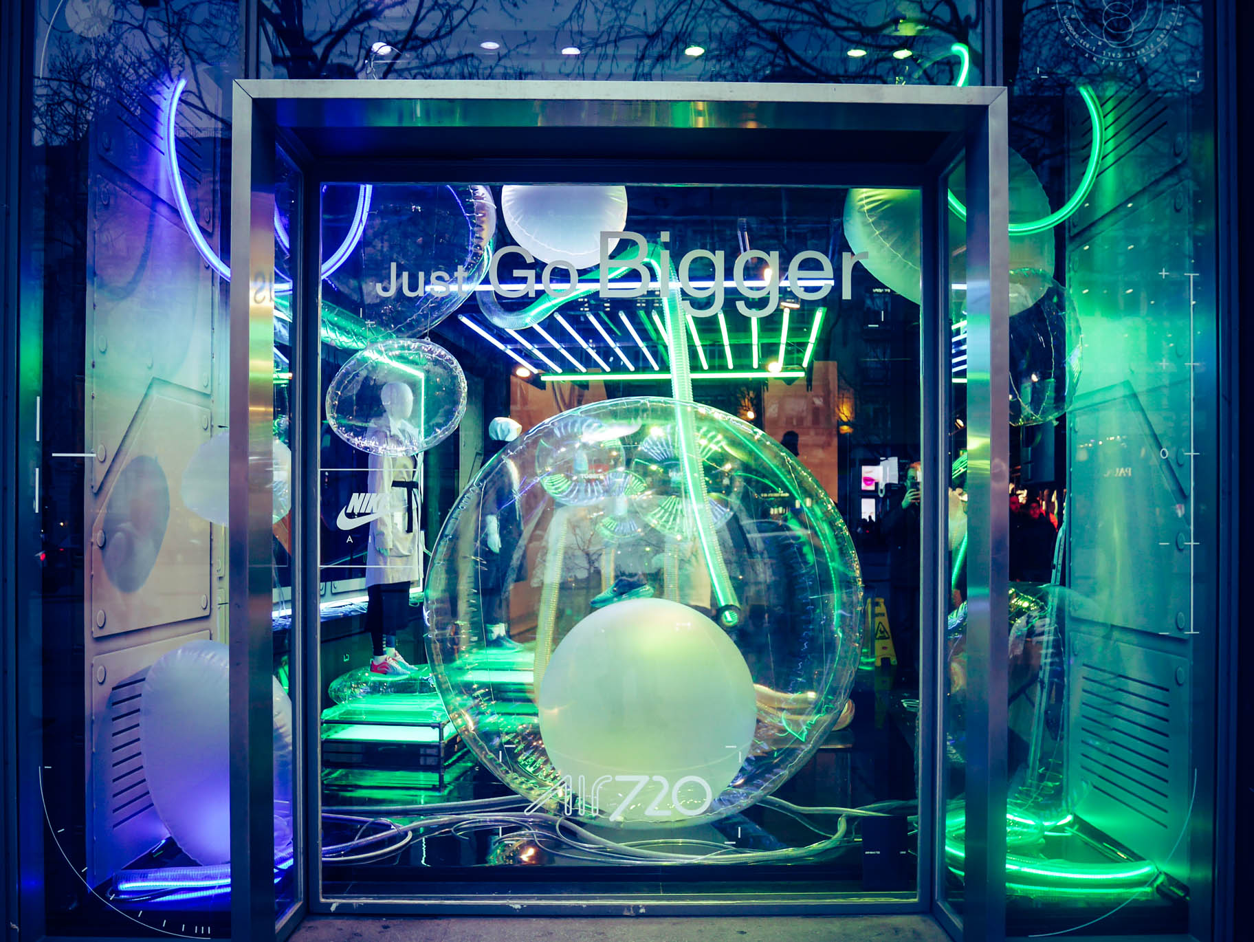 Vitrine bulle Nike Store Champs Elysées
