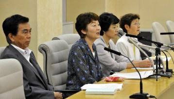 記者会見する(左から)吉田、大山、清水、かちの各都議=25日、都庁