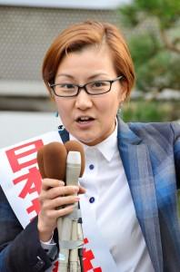 訴える池内さおり衆院東京ブロック比例候補=24日、東京・新宿駅東口