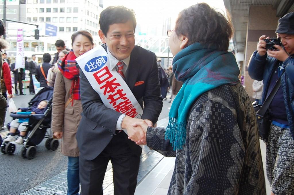 聴衆の激励に応える宮本候補=6日、新宿駅前