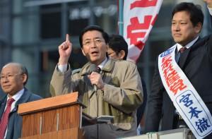 訴える山下芳生書記局長(左)、宮本徹比例候補=7日、渋谷駅前