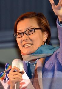 国民の声が届く政治にしようと訴える池内さおり候補=8日、立川駅北口