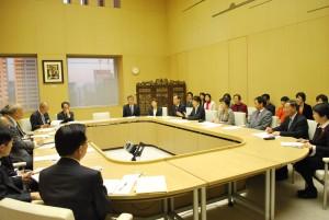 予算要望書について舛添要一知事(左端)に説明する共産党都議団(右)=24日、東京都庁