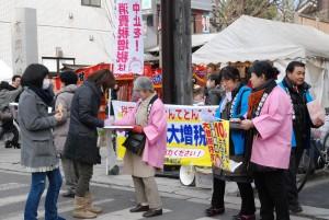 消費税10%増税の中止を求める署名に応じる市民=4日、江東区の深川富岡八幡宮前