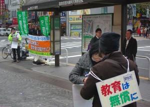 奨学金の会の宣伝行動で署名に応じる人=24日、東京都内